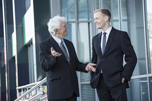 oudere en jongere werknemer